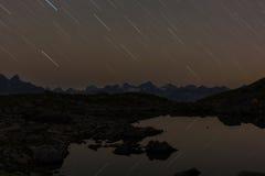 Pistas de las estrellas en un cielo del nigth fotos de archivo