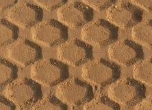 Pistas de los neumáticos en la arena Imagen de archivo libre de regalías