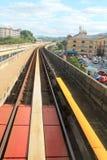 Pistas de LRT con el cielo en ciudad Fotos de archivo