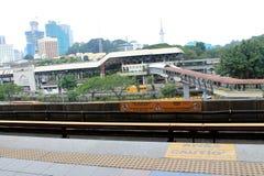 Pistas de LRT con la sección del transporte en ciudad Imagen de archivo