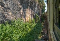 Pistas de madera en ferrocarril de la muerte en Tailandia fotografía de archivo libre de regalías