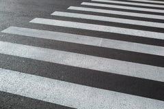 Pistas de marcar um close-up do cruzamento pedestre foto de stock royalty free