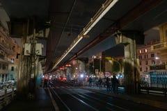Pistas de tranvía en la noche imagen de archivo