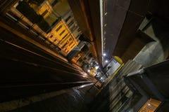 Pistas de tranvía en la noche imagen de archivo libre de regalías