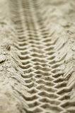 Pistas de vehículo en arena Fotografía de archivo libre de regalías
