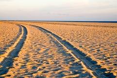 Pistas de vehículo en la playa Fotografía de archivo libre de regalías