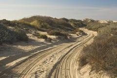 Pistas del camino y del neumático de Sandy Fotografía de archivo