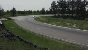 Pistas del carretera con los coches de competición metrajes