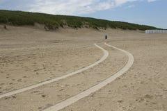 Pistas del coche en la playa Fotos de archivo
