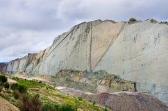Pistas del dinosaurio en la pared de Cal Orko, Sucre, Bolivia Foto de archivo libre de regalías