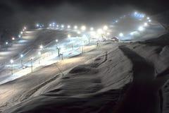 Pistas del esquí en la noche en región de Prato Nevoso, Piemonte, Italia imágenes de archivo libres de regalías