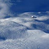 Pistas del esquí y de la snowboard y poca choza Imágenes de archivo libres de regalías