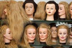 Pistas del maniquí con las pelucas fotografía de archivo