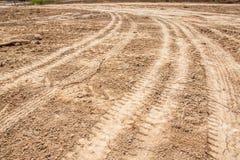 Pistas del neumático del tractor en la tierra Foto de archivo
