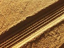 Pistas del neumático en arena Fotos de archivo libres de regalías