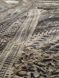 Pistas del neumático en arena de mar Fotografía de archivo