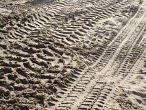 Pistas del neumático en el arena de mar 5 Fotos de archivo