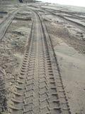 Pistas del neumático en el arena de mar 2 Imagenes de archivo