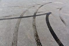 Pistas del neumático en el asfalto Imágenes de archivo libres de regalías