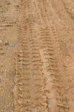 Pistas del neumático en el camino de tierra. Imagen de archivo libre de regalías