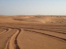 Pistas del neumático en el desierto Imagen de archivo libre de regalías