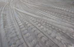 Pistas del neumático en el piso del cemento foto de archivo