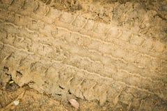 Pistas del neumático en fango de la arcilla fotografía de archivo