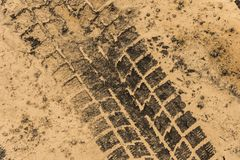 Pistas del neumático en fango seco foto de archivo libre de regalías