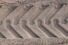 Pistas del neumático en la arena Foto de archivo libre de regalías