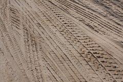 Pistas del neumático en la arena Imagen de archivo