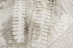Pistas del neumático en la arena blanca Imagen de archivo libre de regalías