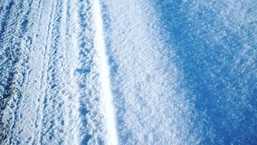 Pistas del neumático en la nieve almacen de video