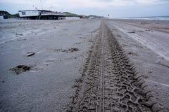 Pistas del neumático en la playa Fotos de archivo libres de regalías