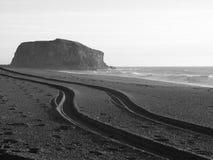 Pistas del neumático en la playa Fotos de archivo
