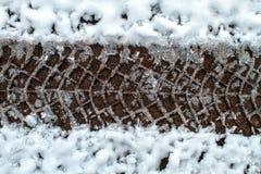 Pistas del neumático en nieve imagen de archivo