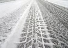 Pistas del neumático en una nieve Imágenes de archivo libres de regalías