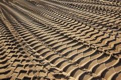 Pistas del neumático en una playa Imagen de archivo libre de regalías