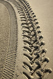 Pistas del neumático en una playa Imágenes de archivo libres de regalías