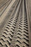 Pistas del neumático en una playa Fotografía de archivo libre de regalías