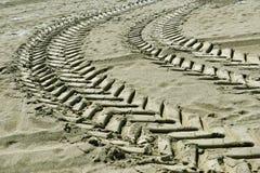 Pistas del neumático en la arena Fotografía de archivo libre de regalías
