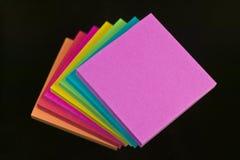 Pistas del papel de nota y taza del lápiz Fotos de archivo
