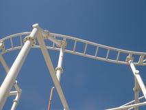 Pistas del paseo de la diversión de la montaña rusa con el cielo azul Fotos de archivo