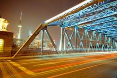 Pistas del puente y de la luz de Shangai Waibaidu en la noche Pistas ligeras de coches en el puente del waibaidu de Shangai foto de archivo libre de regalías