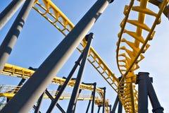 Pistas del roller coaster en un parque de atracciones Fotografía de archivo