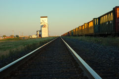 Pistas del tren al elevador de grano Imagenes de archivo
