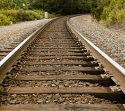 Vías del tren alrededor de la curva foto de archivo libre de regalías
