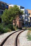 Pistas del tren cerca de casas imagenes de archivo