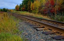Pistas del tren en caída Fotos de archivo libres de regalías