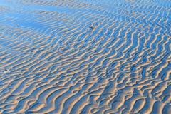 Pistas del viento en la playa fotos de archivo