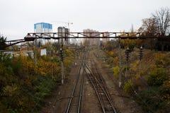 Pistas ferroviarias en la ciudad en la caída Imagenes de archivo